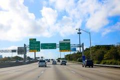 Verkehrsschild Miamis Florida nach im Stadtzentrum gelegene US Stockfotografie