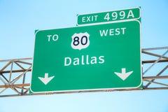 Verkehrsschild mit der Richtung nach Dallas Lizenzfreies Stockbild