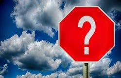 Verkehrsschild mit einem Fragezeichen Stockfotos