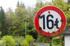 Verkehrsschild mit Einschusslöchern Lizenzfreie Stockfotos