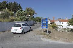 Verkehrsschild mit Namen von Regelungen in den englischen und griechischen Sprachen Stockbilder