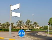 Verkehrsschild mit weißem Modell als Hintergrund lizenzfreies stockfoto