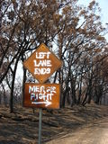 Verkehrsschild nach Bushfire Stockfotos