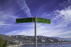 Verkehrsschild nahe dem Meer, das den Himmel und den Hügel, Griechenland übersieht Stockfotos