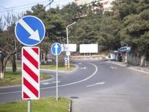 Verkehrsschild rechtsdrehend und eine treibende Straßenansicht Stockfotos