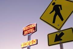 Verkehrsschild und Motel-Zeichen stockbild