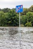 Verkehrsschild versenkte in Hochwasser in Gdansk, Polen Stockfotografie