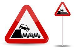 Verkehrsschild warnende Abfahrt zum Damm Im roten Dreieck werden die Küste, das Wasser und das Auto schematisch dargestellt Vekto Lizenzfreie Stockfotografie