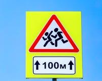 Verkehrsschild warnende Kinder auf Himmelhintergrund Stockbild