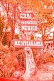Verkehrsschild zu den Kontinenten im Vergnügungspark in der korallenroten Farbe Art und Weisekonzept stockfoto