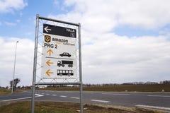 Verkehrsschild zur on-line-- Einzelhändlerfirma-Amazonas-Erfüllungslogistik, die am 12. März 2017 in Dobroviz, Tschechische Repub Lizenzfreie Stockfotografie