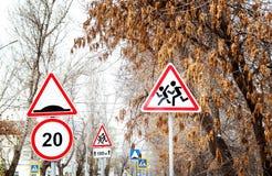 Verkehrsschilder auf der Straße lizenzfreie stockfotos