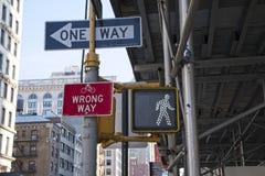 Verkehrsschilder auf Fifth Avenue stockfotografie