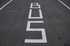 Verkehrsschilder - Busfahrstreifen und Parken - Fahrbahnmarkierung Stockbilder