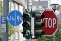 Verkehrsschilder der grünen Leuchte und Stockfotografie