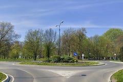 Verkehrsschilder in der Karussellkreuzung Stockfotos
