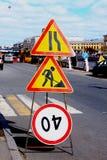 Verkehrsschilder der Reparaturarbeit Stockfotos