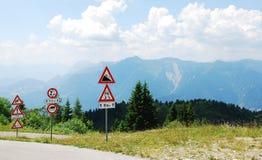 Verkehrsschilder an der Spitze des Berges Stockbild