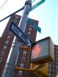 Verkehrsschilder in einer Manhattan-Ecke Stockfoto
