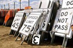 Verkehrsschilder für Höchstgeschwindigkeiten Stockfotos