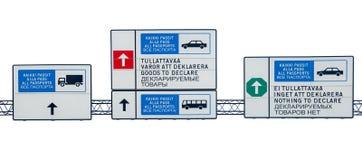 Verkehrsschilder folgen der Art des Wegs sind zweisprachig auf englisches, russisches und finnisch Auf weißem Hintergrund stockbild