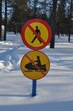 Verkehrsschilder im Schnee Stockfotos