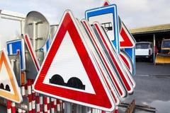 Verkehrsschilder im Stand, Gestell auf Service-Standort Lizenzfreie Stockbilder