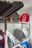 Verkehrsschilder im Stand, Gestell auf Service-Standort Stockfotografie