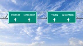 Verkehrsschilder mit Wörter Erfolg; Führung; Vision; In Stockbilder
