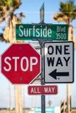 Verkehrsschilder, stoppen alle Weise und eine Möglichkeit und Surfside-Boulevardzeichen lizenzfreie stockfotos