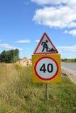 Verkehrsschilder Straßenarbeiten und Beschränkung der Höchstgeschwindigkeit von 40 Kilometern Lizenzfreie Stockfotografie