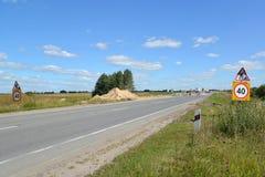 Verkehrsschilder Straßenarbeiten und Beschränkung der Höchstgeschwindigkeit von 40 Kilometern auf einem Straßenstraßenrand Stockfoto