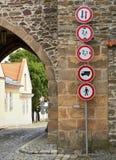 Verkehrsschilder am Tor Stockfotos