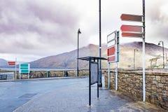 Verkehrsschilder und Anschlagtafel nahe Killary-Hafen Stockbild