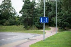 Verkehrsschilder und Linien auf Asphalt lizenzfreies stockfoto