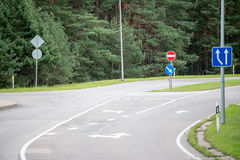 Verkehrsschilder und Linien auf Asphalt lizenzfreie stockfotos