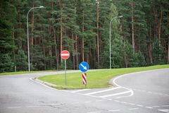 Verkehrsschilder und Linien auf Asphalt lizenzfreies stockbild