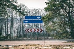 Verkehrsschilder und Linien auf Asphalt - grüner Effekt der Weinlese lizenzfreies stockbild