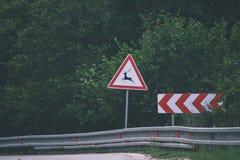 Verkehrsschilder und Linien auf Asphalt - Retro- Blick der Weinlese lizenzfreies stockbild