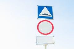 Verkehrsschilder unter dem Himmel Stockbild