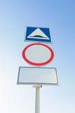 Verkehrsschilder unter dem Himmel Lizenzfreies Stockfoto