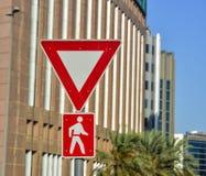 Verkehrsschilder - Vorsichtfußgänger stockbild