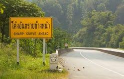 Verkehrsschilder warnen Treiber für voran gefährliche Kurve Stockbild