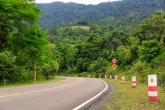 Verkehrsschilder zeigen Höchstgeschwindigkeit 20 KM/H und Serpentinenkurven lizenzfreie stockfotografie