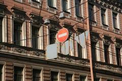 Verkehrsschildhalt u. x28; Ziegelstein u. x29; auf dem Hintergrund der Fassade eines historischen städtischen Gebäudes Lizenzfreie Stockfotos