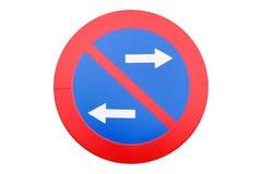 Verkehrsschildparken wird lokalisierte auf weißem Hintergrund verboten stockfoto