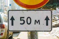 Verkehrsschildplatte 50 Meter schließen oben Stockfotografie
