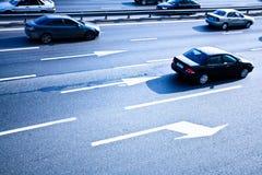Verkehrsstraße mit Bewegungsautos Stockfoto