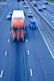 Verkehrsstraße mit orange LKW Lizenzfreies Stockfoto