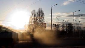 Verkehrsstromwellen hetzen entlang Uferstraße, schnell erfassen und lösen sich wegen der Ampel voran auf Sonnige Abendansicht stock footage